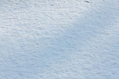 Schneehintergrundweiß am Wintertag Jahreszeit des kühlen Wetters, masern Zusammenfassung stockfotografie