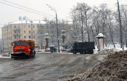 Schneekanone klärt Straße vom Schnee Lizenzfreies Stockfoto