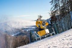 Schneekanone produziert künstlichen Schnee lizenzfreie stockfotografie
