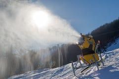 Schneekanone produziert künstlichen Schnee lizenzfreies stockbild