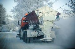 Schneekanonenreinigungs-Schneestraße Stockfoto