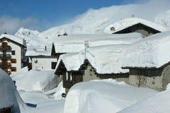Schneekappen auf dem Dach Lizenzfreies Stockbild