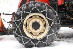 Schneekette auf Traktorreifen lizenzfreies stockfoto