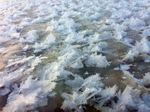 Schneekristalle bildeten sich durch Wind auf einer gefrorenen Oberfläche Stockfotografie
