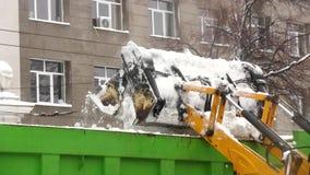 Schneeladen auf dem LKW stock footage