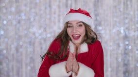 Schneemädchen ist in der Kälte kalt, sie versucht, warm zu erhalten Bokeh Hintergrund Abschluss oben Langsame Bewegung stock video