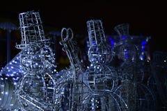 Schneemänner des neuen Jahres gemacht von den Metallstangen lizenzfreies stockbild