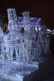Schneemänner des neuen Jahres gemacht von den Metallstangen stockfotografie