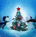 Schneemänner, die einen Weihnachtsbaum verzieren lizenzfreie stockfotos