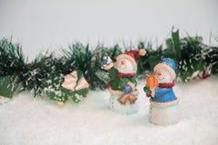 Schneemänner mit Mistelzweig im Schnee Stockfoto