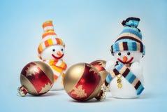 Schneemänner mit Weihnachtskugeln Stockfotografie