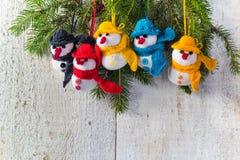 Schneemänner verschalen hölzerne Weihnachtswinterplüsch-Teamfamilie Stockfotos