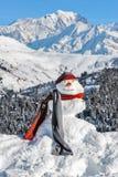 Schneemann auf dem Hintergrund von Mont Blanc Lizenzfreie Stockfotos