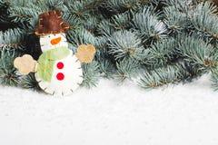 Schneemann auf dem Hintergrund von Tannenbäumen postkarte Lizenzfreie Stockfotos