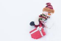 Schneemann auf dem weißen Schnee im Winterhintergrund für neues Jahr Lizenzfreie Stockfotos