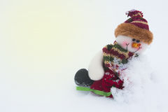 Schneemann auf dem weißen Schnee im Winterhintergrund für Weihnachten Lizenzfreies Stockfoto