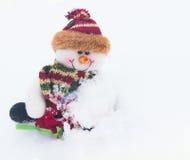 Schneemann auf dem weißen Schnee im Winterhintergrund für Weihnachten Lizenzfreie Stockfotografie