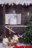 Schneemann auf einem hölzernen Pferdeschlitten Stockfotografie