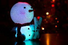 Schneemann auf einem Weihnachtsbaumhintergrund Lizenzfreie Stockfotos