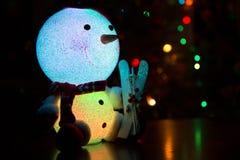 Schneemann auf einem Weihnachtsbaumhintergrund Stockfotografie