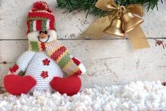 Schneemann, der auf Schnee sitzt Lizenzfreies Stockbild