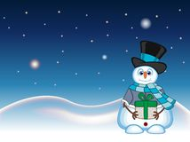Schneemann, der ein Geschenk trägt einen Hut, eine blaue Strickjacke und einen blauen Schal mit Stern-, Himmel- und Schneehügelhi Lizenzfreies Stockfoto