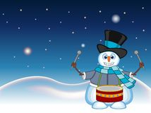 Schneemann, der einen Hut, eine blaue Strickjacke und einen blauen Schal spielt Trommeln mit Stern-, Himmel- und Schneehügelhinte Stockfotos