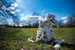 Schneemann, der im Frühjahr Sonne schmilzt stockbilder