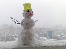 Schneemann in der Stadt Stockfoto
