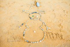 Schneemann des Felsens im Sand auf Strand stockfotos