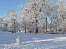 Schneemann in einem Stadtpark Stockfoto