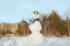 Schneemann in einem Wald Stockfoto