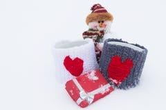 Schneemann, Geschenke auf dem weißen Schnee Lizenzfreies Stockfoto