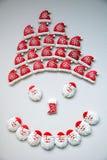 Schneemann, Honey Cookies, bedecken geformtes auf einem weißen Hintergrund mit einer Kappe Stockbilder