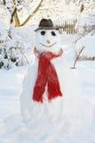 Schneemann im Garten mit rotem Schal Lizenzfreie Stockfotografie
