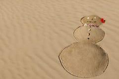 Schneemann im Sand - Spaß auf dem Strand im Winter - Maui, Hawaii Lizenzfreie Stockbilder
