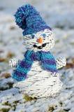 Schneemann mit blauem Hut stockbild