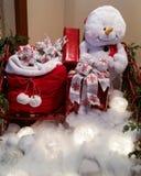 Schneemann mit einer Tasche von Geschenken Stockbilder