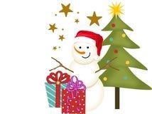 Schneemann mit Geschenken neben Weihnachtsbaum Lizenzfreies Stockbild