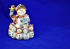 Schneemann mit Kindern Stockbild