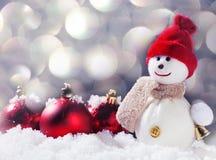 Schneemann mit Weihnachtsball Stockfotografie