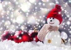 Schneemann mit Weihnachtsball auf Schnee Stockfotos