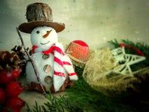 Schneemann mit Weihnachtsdekorationen lizenzfreies stockbild
