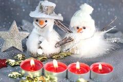 Schneemann, Schneefrau mit Kerzen Lizenzfreie Stockbilder