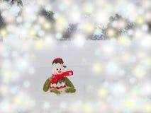 Schneemann sitzt auf dem Schnee Stockfotos