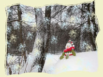Schneemann sitzt auf dem Schneehügel im forrest Lizenzfreies Stockfoto