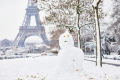 Schneemann und Eiffelturm an einem Tag mit starken Schneefällen Stockbilder