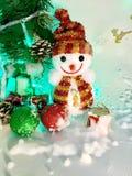 Schneemann und Geschenk am Weihnachtstag Lizenzfreies Stockfoto
