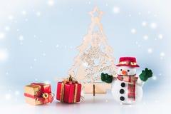 Schneemann und Geschenkbox stehen nahen Weihnachtsbaum Lizenzfreie Stockbilder