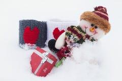 Schneemann und Geschenke auf dem weißen Schnee Stockfotos
